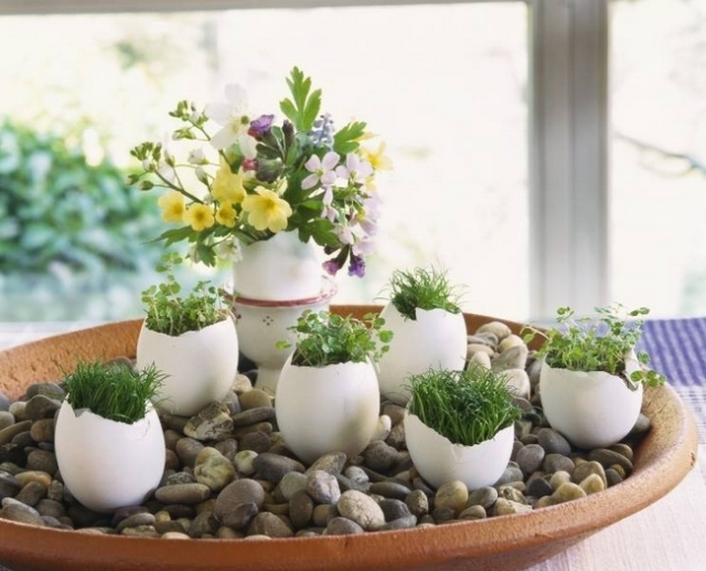 diy-spring-easter-home-decorating-ideas-egg-shell-vases-pebbles-flowers-cress-grass