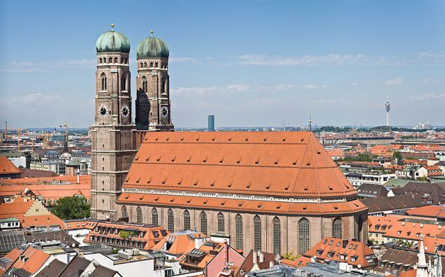 1024px-Frauenkirche_Munich_-_View_from_Peterskirche_Tower