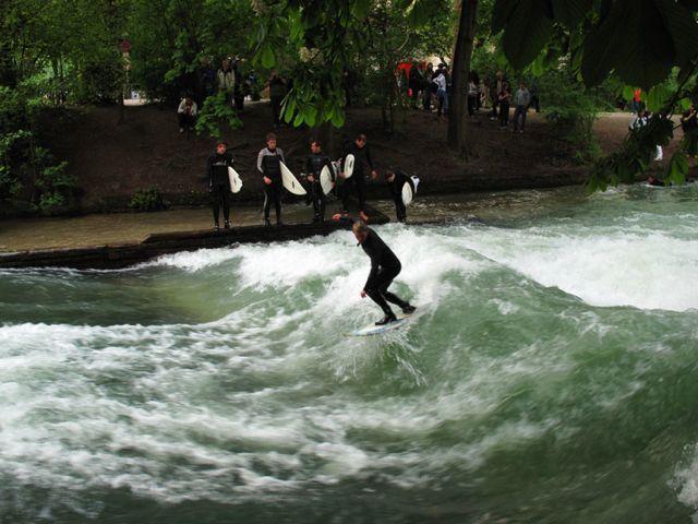 munich-surfers-englischer-garten